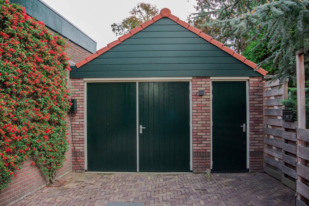 wooden-garage-restain
